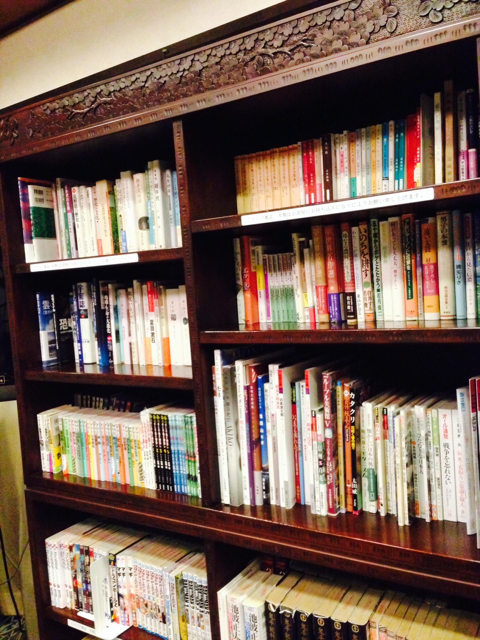 ロビーの本棚