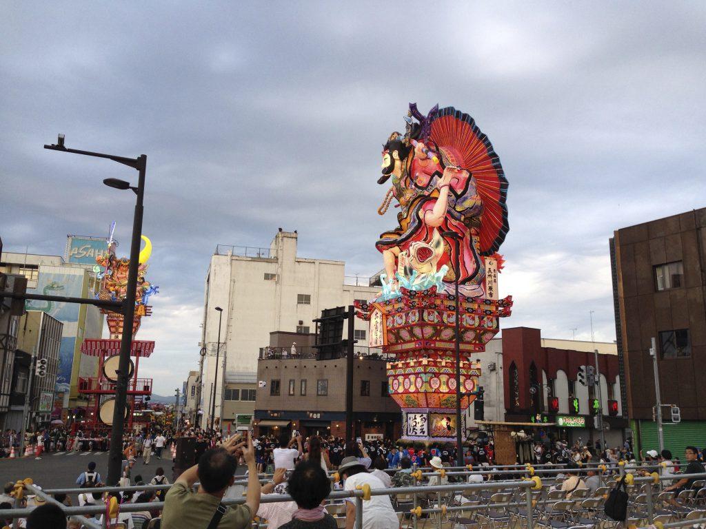 立佞武多祭り(たちねぷた)の概要・行き方・運行コース・駐車場・観覧席