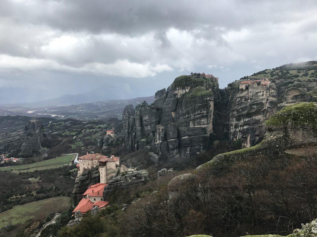 【絶景】奇岩に建つ修道院メテオラに感動★お得な手配方法・行き方|ギリシャ