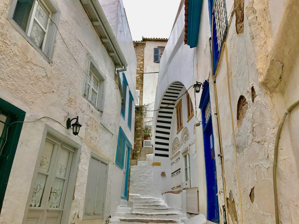青と白の壁