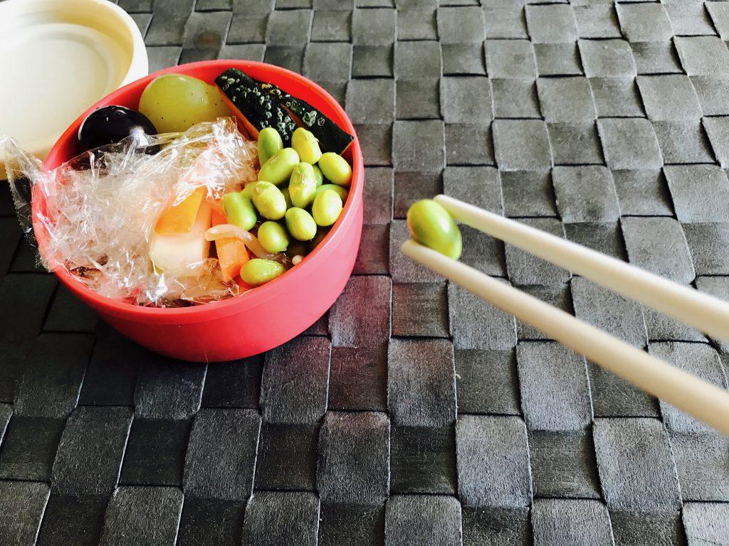 枝豆を持つ箸