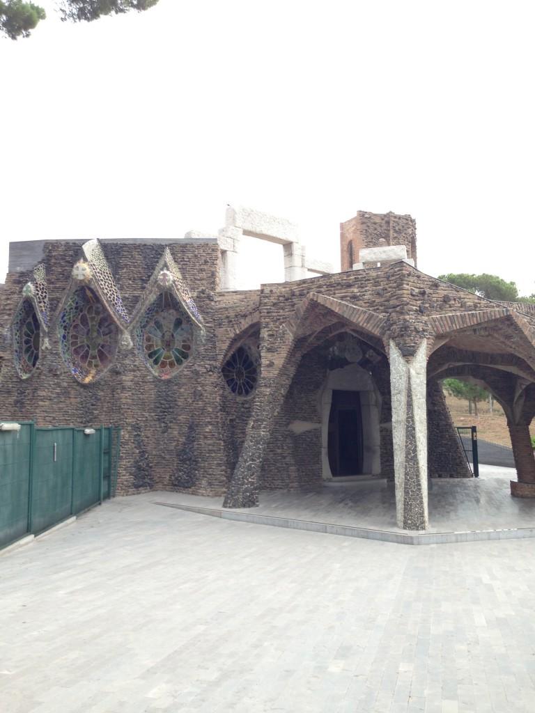 コロニアグエル教会の外側