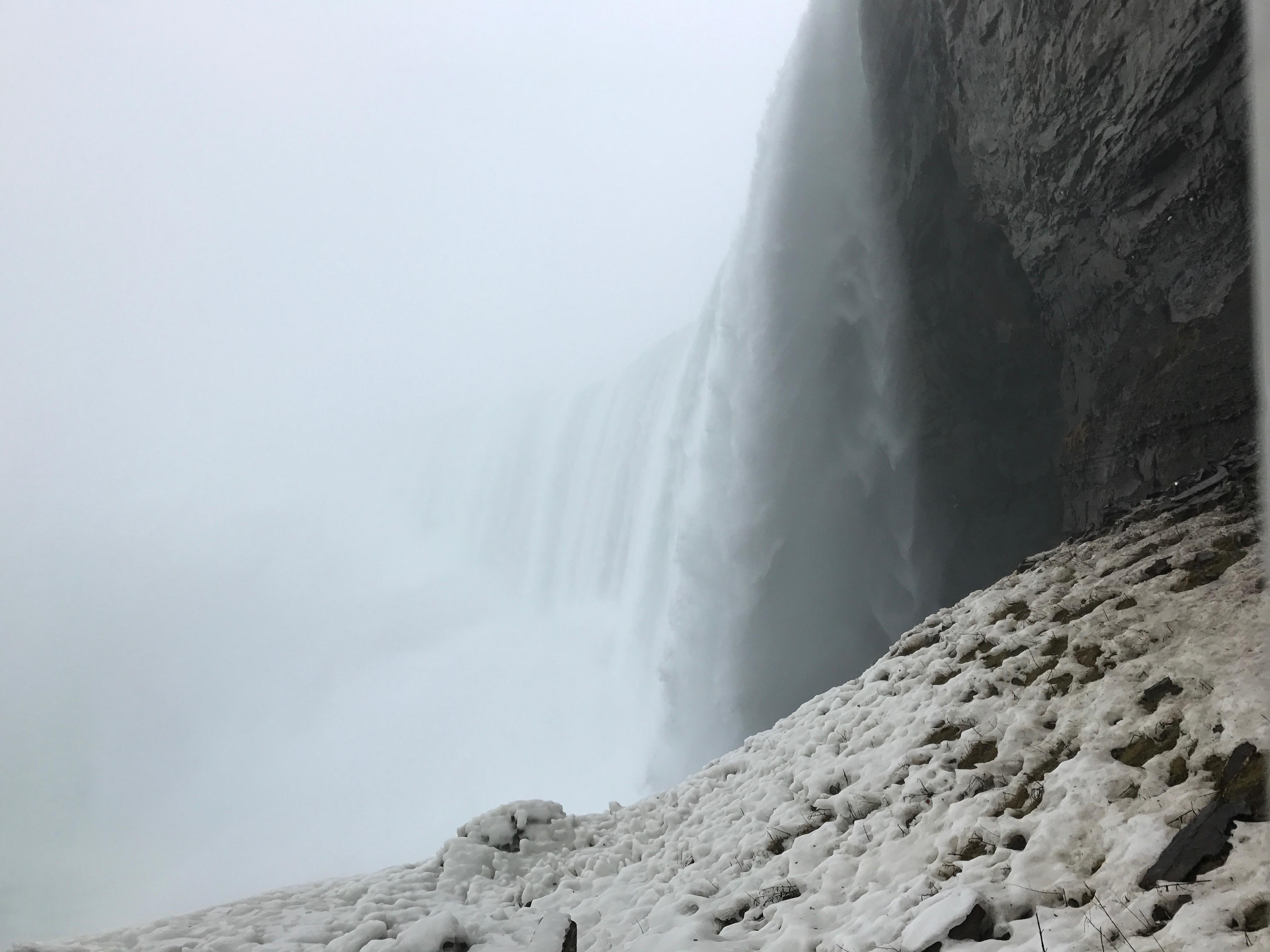 滝を横から見る