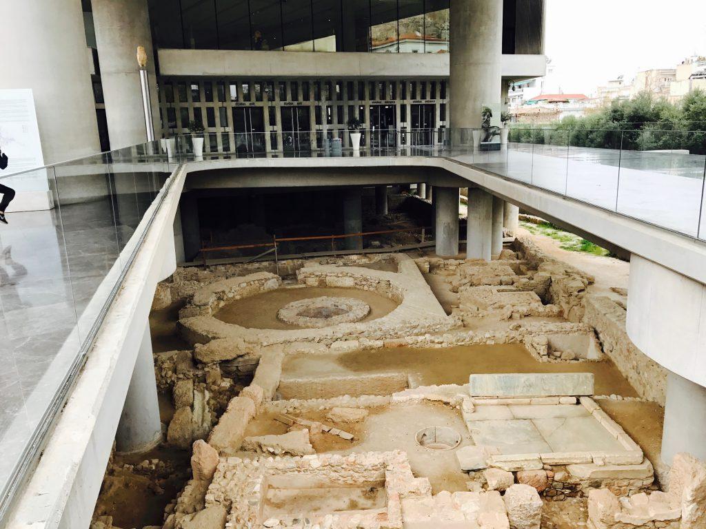 遺跡の上に博物館