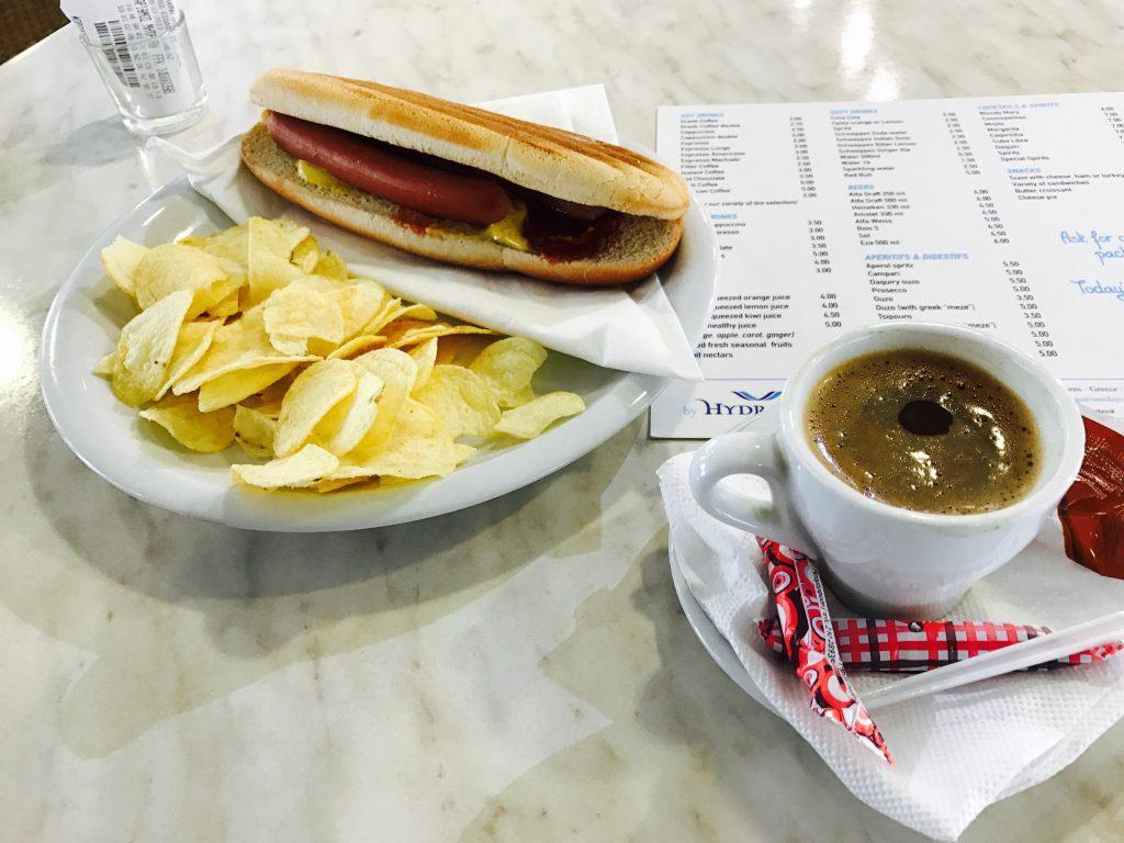 ホットドッグとグリークコーヒー